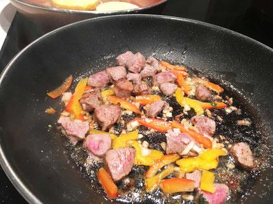 Fleisch, Zwiebeln, Knoblauch und Peperoni in Butter kurz anbraten