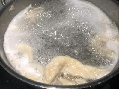 Fingerdicke Stücke in das heiße Salzwasser schaben