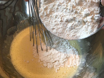 Das Mehl und das Backpulver beigeben