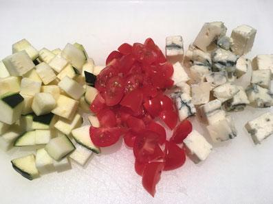 Gorgonzola, Aubergine würfeln, Cherry Tomaten vierteln