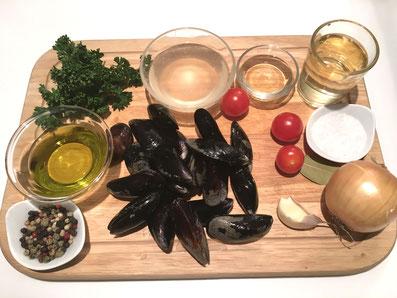 Zutaten: Moules, Olivenöl, Zwiebel, Knoblauch, Weißwein, Fischfond, Noilly Prat, Petersilie, Cherry Tomaten, Lorbeerblatt, Salz, Pfeffer