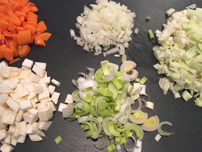 Alles Gemüse in kleine Würfel schneiden