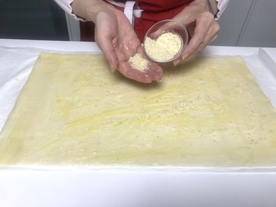 Mit weißen, gemahlenen Mandeln bestreuen