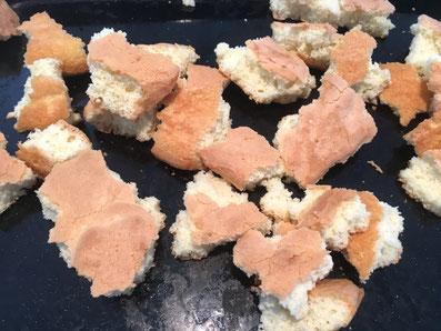 Den gebackenen Teig in kleine Stücke zupfen