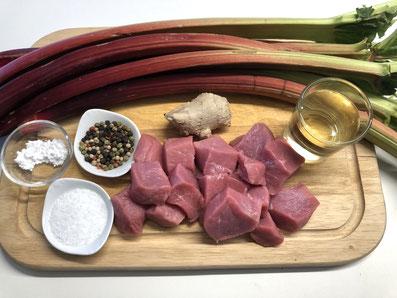 Zutaten: Kalbfleisch, Rhabarber, Ingwer, Pfefferkörner, Puderzucker, Weißwein, Salz, Paprikapulver, Butterschmalz, Butter, Nudeln