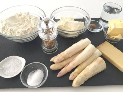 Zutaten: Mehl, Butter, Salz, Wasser, Spargel, Zucker, Käse, Sauerrahm, Muskat, Salz, Pfeffer