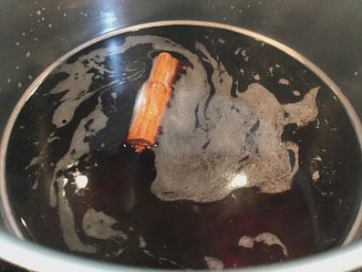 Die Marinade mit dem Zimtängel aufkochen, ziehen lassen und über die Feigen gießen