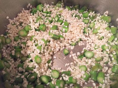 Den Reis beifügen und auch anschwitzen