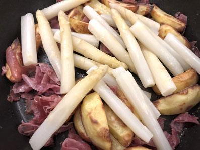 Den Spargel mit dem Schinken und den Kartoffeln vermischen
