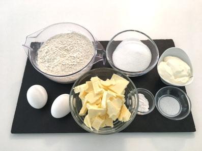 Zutaten: Mehl, Eier, Butter, Zucker, Sauerrahm, Vanillezucker, Backpulver