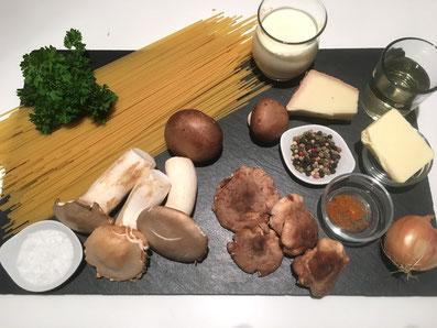 Zutaten: Spaghetti, verschiedene Pilze, Zwiebel, Petersilie, Weißwein, Rahm, Reibkäse, Butter, Salz, Pfeffer, Paprikapulver