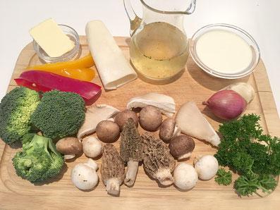 Zutaten: Pilze, Broccoli, Zwiebel, Knoblauch, Petersilie, Peperoni, Bouillon, Rahm, Butter, Salz, Pfeffer, Paprikapulver, Blätterteig