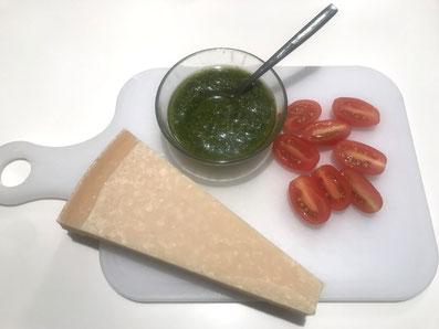 Pesto auf Zimmertemperatur, Tomaten halbieren, Parmesan hobeln
