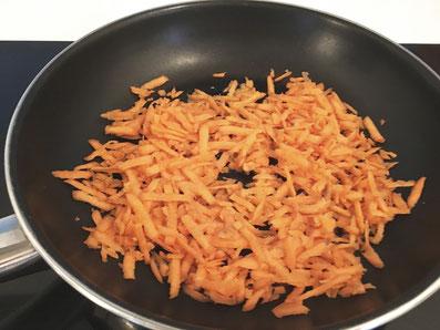 Die Karotten in Sonnenblumenöl anschwitzen