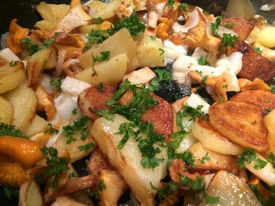 Pilze und Zwiebeln, Knoblauch zu den Kartoffeln geben und am Schluss noch den Ziegenkäse und die Petersilie untermischen