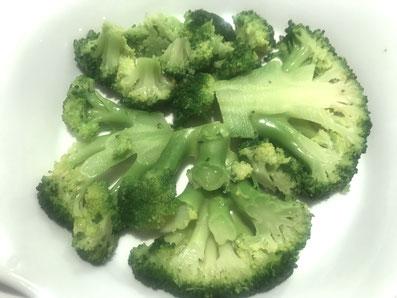 Den Brokkoli auf dem Boden der Form auslegen