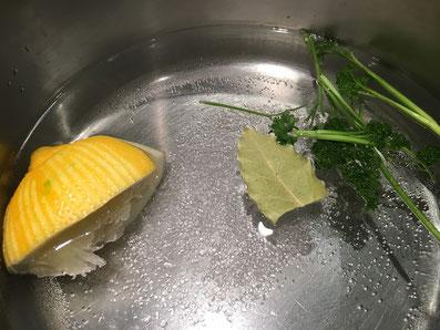 Dampfsud mit Meersalz, Zitrone, Lorbeerblatt und Petersileinstängel