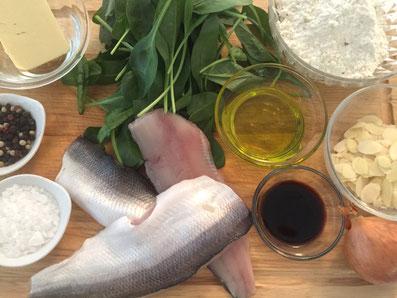 Zutaten: Felchenfilet, Spinat, Mehl, Butter, Mandelsplitter, Olivenöl, Balsamico-Essig, Zwiebel, Salz, Pfeffer