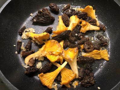 Pilze und Zwiebeln in Butter kurz schwenken