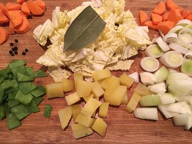 Das Gemüse und die Kartoffeln in Würfel schneiden