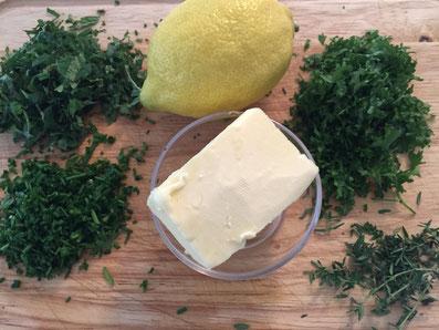 Für die Kräuterbutter: Butter, gehackte Kräuter, Zitronenzesten, Senf, Salz, Pfeffer