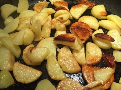 Die Kartoffeln goldbraun braten