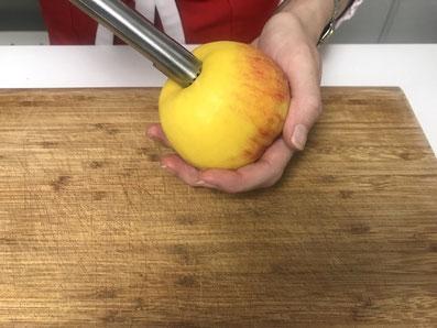 Die Äpfel ausstechen...