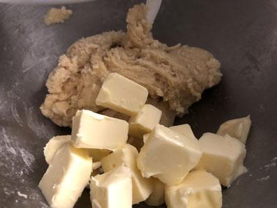 Am Schluss noch die Butter-Würfel unterkneten