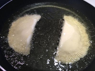 Die Taschen in das heisse Öl legen