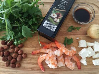 Zutaten: Rucola, Crevetten, Schafskäse, Haselnüsse, Haselnussöl, Aceto balsamico, Zwiebel, Salz und Pfeffer