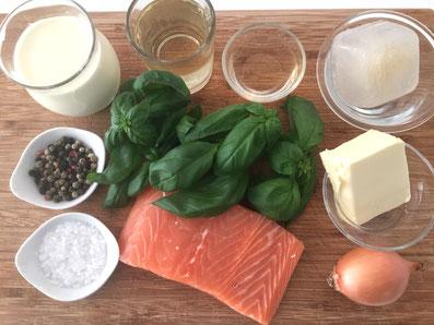 Zutaten: Lachs, Basilikumblätter, Zwiebel, Weißwein, Noilly Prat, Rahm, Butter, Salz, Pfeffer