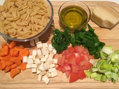 Zutaten: Teigwaren, Karotten, Knollensellerie, Tomaten, Lauch, Peperoni, Petersilie, Parmesan, Olivenöl