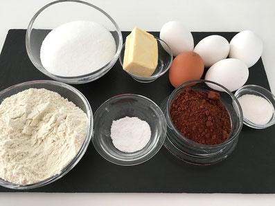 Zutaten: Mehl, Zucker, Backpulver, Butter, Vanillezucker, Kakaopulver, Eier