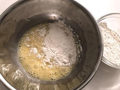 Eier verquirlen und Mehl untermischen
