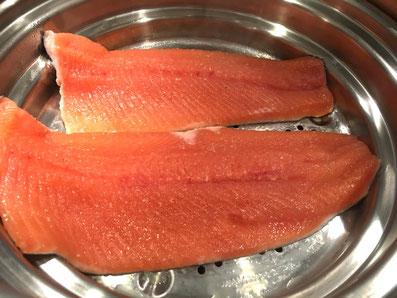 Den Fisch auf jeder Seite über dem Dampf etwa 1,5 Minuten garen