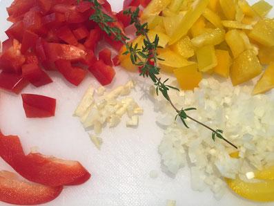 Zwiebeln und Knoblauch fein hacken - Paprika in Steifen und Würfel schneiden