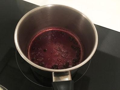 Sauce ein reduzieren und den grünen Pfeffer beigeben. Abseits vom Herd die Butter-Würfel unterrühren.
