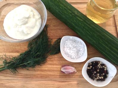 Zutaten: Gurke, Bouillon, Joghurt, Knoblauch, Dill, Worcestershirsauce, Salz und Pfeffer