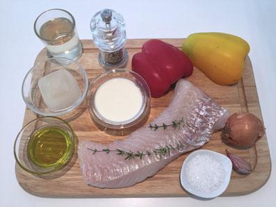 Zutaten: Kabeljaufilet, Paprika, Zwiebel, Knolauch,  Fischfond, Weisswein, Noilly Prat, Rahm, Olivenöl, Salz und weissen Pfeffer