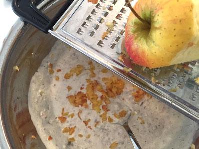 Den Apfel mit Schale dazu raffeln