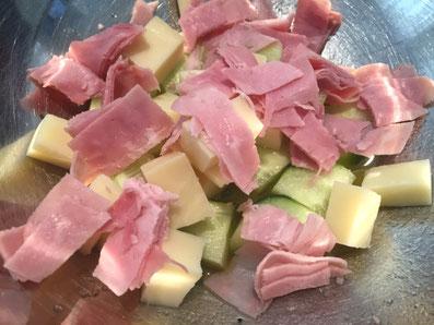 Schinken, Käse, Gurken in Würfel schneiden