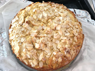 Den Ring vom Kuchen lösen und mit gehobelten Mandeln bestreuen