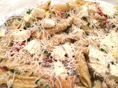 Die Hälfte der Masse in die Auflaufform geben darüber Mozzarella-Würfel streuen, die zweite Hälfte dazugeben mit Mozarella-Würfel und mit Parmesan bestreuen