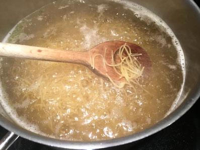 Die Vermicelli in heißem Salzwasser kurz kochen