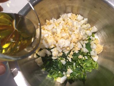 Den Lauch und die Eier mit Sonnenblumenöl gut vermischen und mit Salz und Pfeffer abschmecken