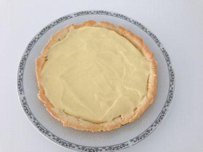 Die Zitronen-Crème auf der vor gebackenen Tarte verteilen