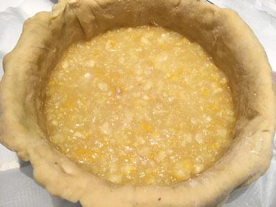 Den Teig in die Form geben und die Zitronenmasse einfüllen