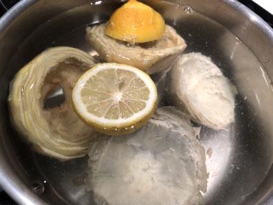 Die Artischockenböden in Zitronenwasser legen