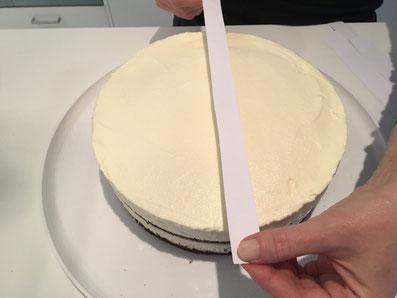 Die Papierstreifen nebeneinander auf die Torte legen