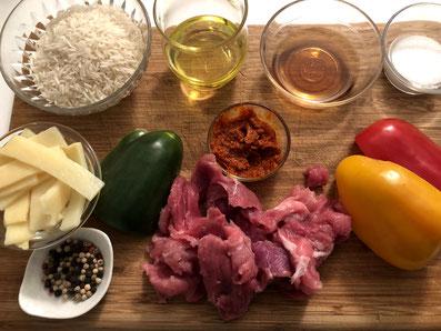 Zutaten: Schweinefleisch, Fischsauce, Paprika, Bambussprossen, Currypaste, Zucker, Sonnenblumenöl, Wasser, Pfeffer, Reis